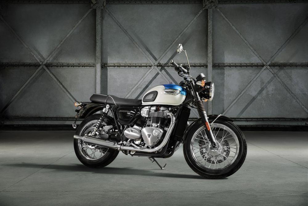 Boneville T100 black – vzrušujúci nový vstupný model do legendárnej rodiny Boneville. Je typickým predstaviteľomklasického štýlu. T100 je prístupnejší aľahší ako T120. Inšpirovaný legendárny Bonevillom '59. Snaži sa včo najväčšej…