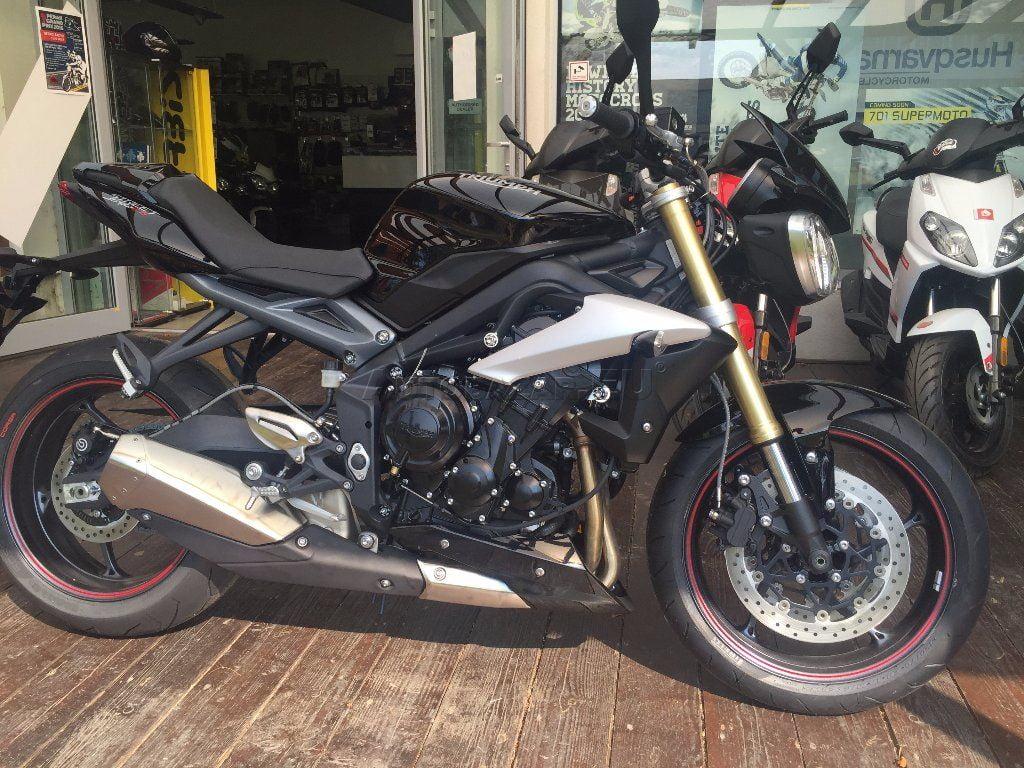 TRIUMPH STREET TRIPLE 675 farba čierna teraz za 7301,-EUR  Cena7301,-EURplatí pri financovaní motocykla cez ČSOB leasing  pôvodná cena s doplnkami 9 230,- EUR  flyscreen – štítok nad svetlami vo farbe motocykla , kryt…